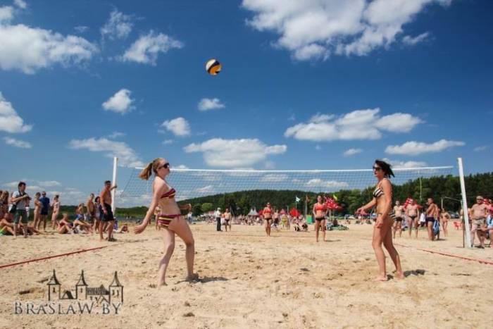 Так проходил пляжный волейбол в Браславе в 2013 году, сообщает krai.by