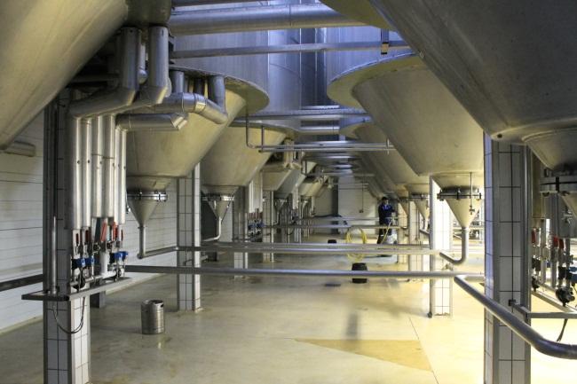 Фото Юрия Шепелева. Резервуары для хранения пива.