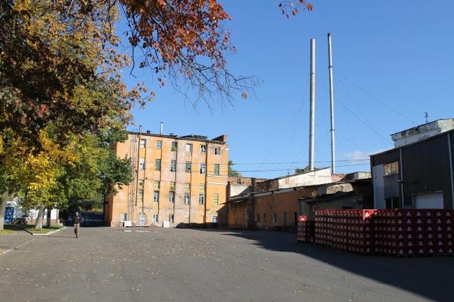 Фото Юрия Шепелева. Вид на старый корпус завода.