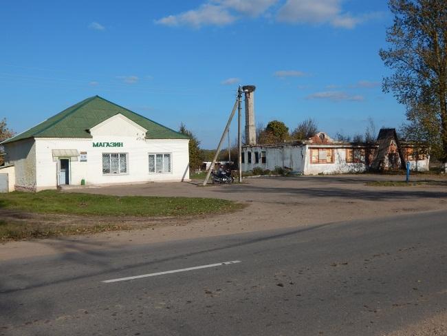 Здание бывшей столовой и магазин.