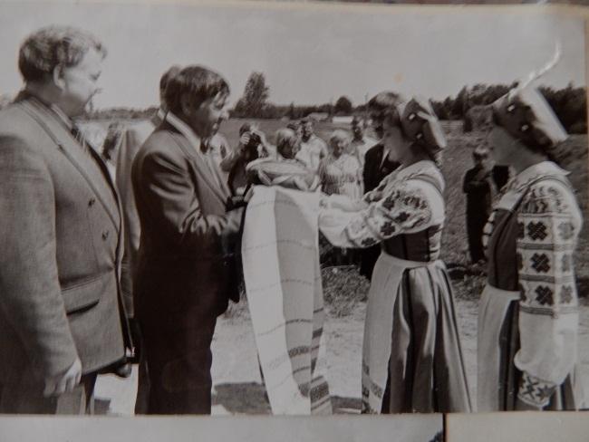 Церемония открытия памятника узникам концлагеря, 1998 год