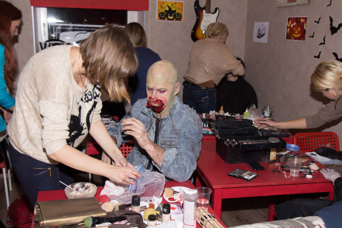 Процесс наложения грима на зомби