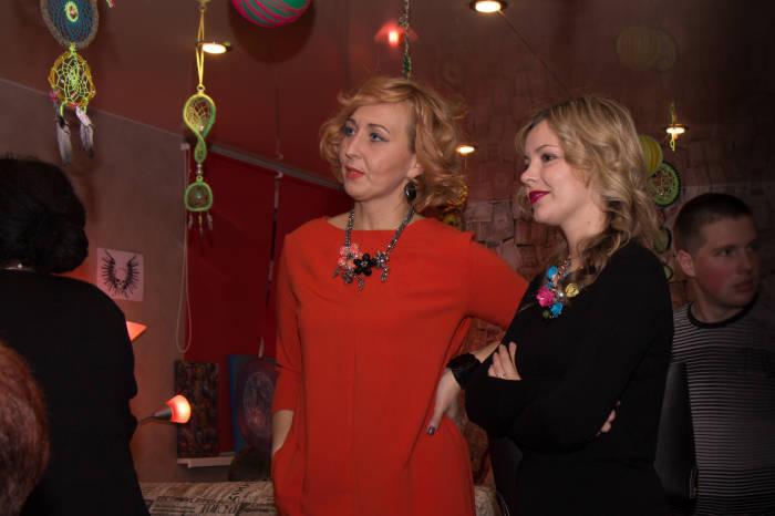 Елена и Юлия следят за процессом