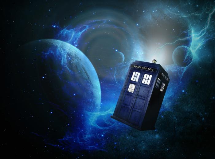 """ТАРДИС, один из популярнейших элементов сериала. Космический корабль и машина времени, является живым существом, наделенным собственным характером. Может принимать любой облик, но в сериале выглядит как полицейская будка образца 1963 года. Внутри больше, чем снаружи. """"Доктор Кто"""" стал такой значительной частью британской поп-культуры, что не только форма синей полицейской будки стала ассоциироваться с ТАРДИС, но и само слово «ТАРДИС» употребляется для описания чего-либо, что больше изнутри, чем снаружи."""