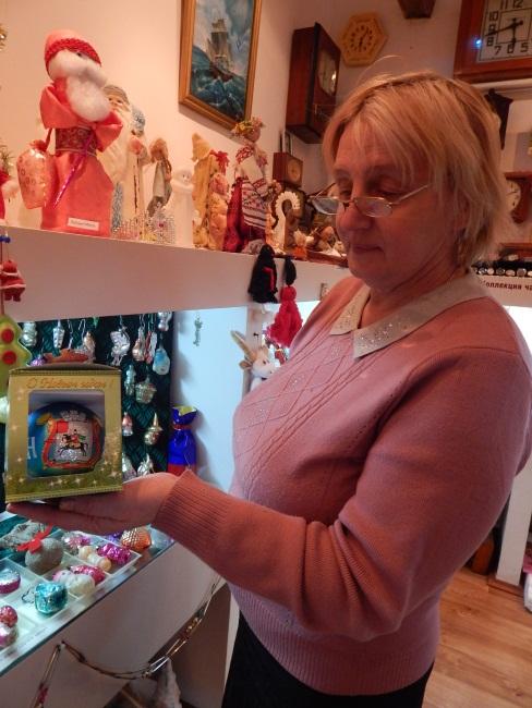 Людмила Константиновна демонстрирует коллекцию.