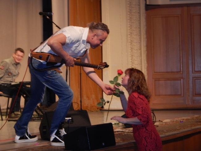 Цветы для талантливого певца.