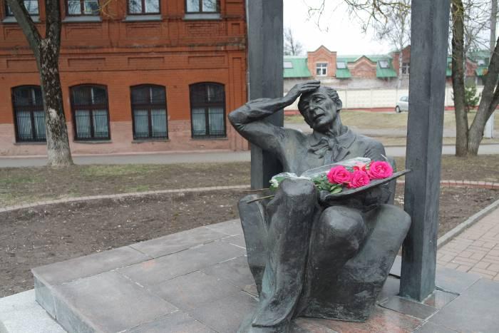 Памятник был установлен в 1992 году по проекту А.Н. Гвоздикова в самом начале родной улицы художника.
