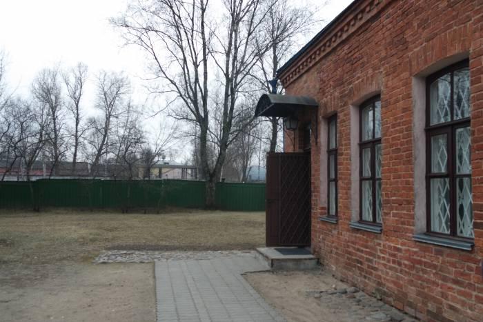 Вход с заднего двора в жилую часть дома