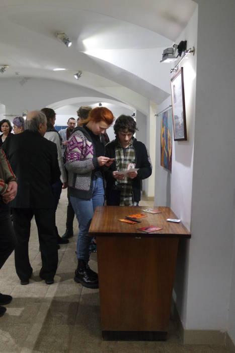 Посетителям выставки можно было обзавестись открыткой с картиной полюбившегося художника