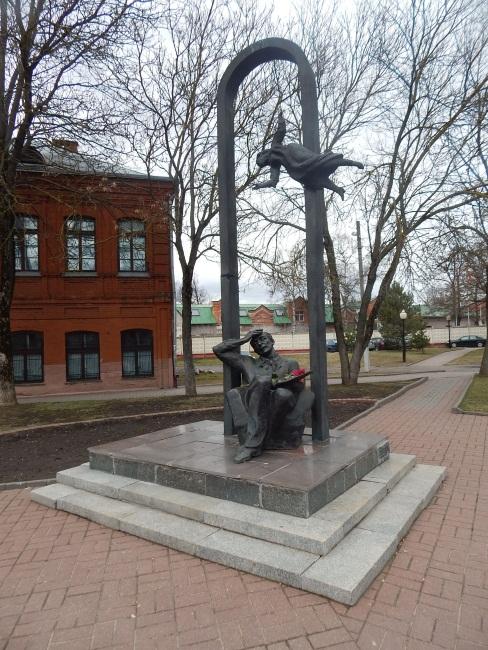 Памятнику Марку Шагалу и его музе Белле. Скульптор Гвоздиков изобразил художника на склоне лет в компании первой жены, хотя после смерти Беллы Шагал был дважды женат.
