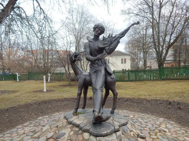 Витебская мелодия на французской скрипке. Такое название получил памятник Марку Шагалу, человеку, который искренне любил родной Витебск, однако последние годы провел в Париже.