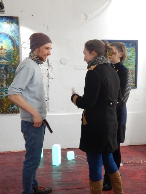 Григорий Гудков общается с поклонницами, студентками филфака.