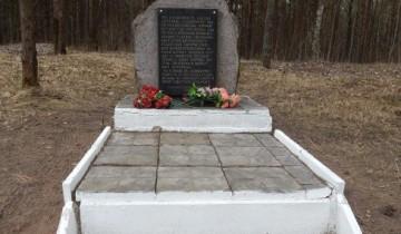 Здесь лежат, погибшие в первые дни оккупации Витебска.