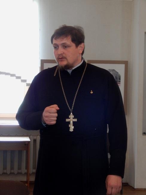 Отец Виктор выступает перед верующими.