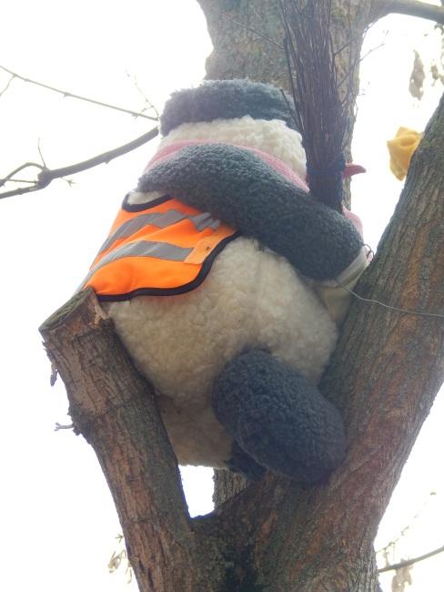 Помахал метлой и на дерево отдыхать!