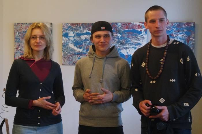 Художники А. Левадний (по центру) и К. Дёмчев (справа) с научным сотрудником музея ВЦСИ М. Карман