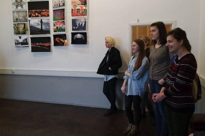 Зрители в ожидании открытия выставки