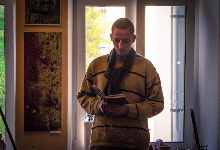 Кирилл Демчев читает стихи под звон колоколов с улицы