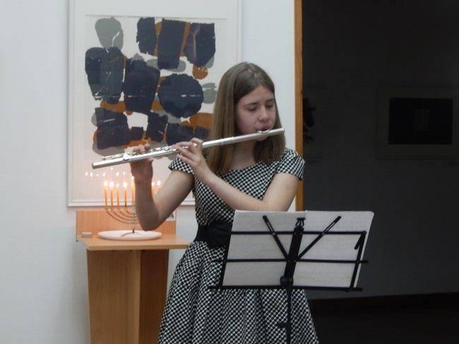 Мария Косицына играет на флейте.