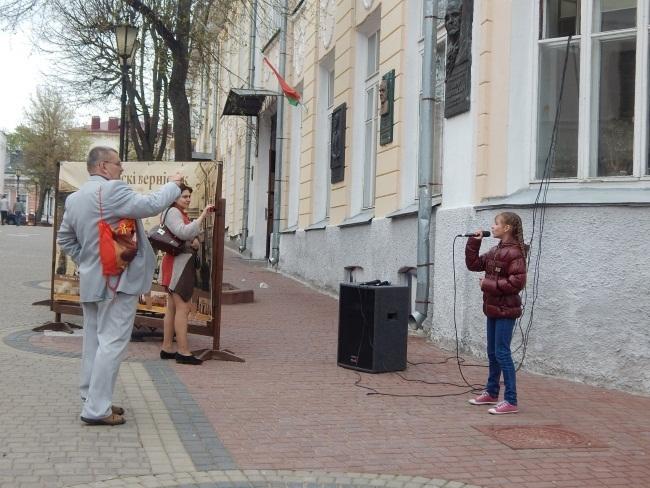 Дети поют о любви к Родине.
