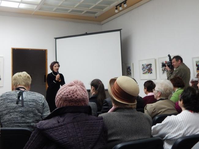Светлана Жуковская поет перед зрителями.