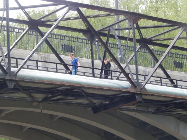 Мост - место опасное.