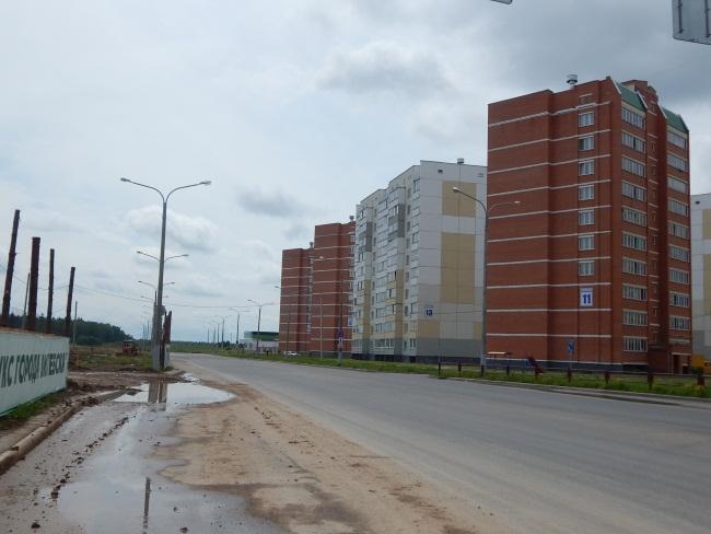 В середине улицы дома, в которых уже есть жильцы.