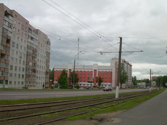 Из трамвайного окна будка с граффити видна.