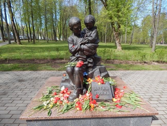 Монумент в праздничный день украсился цветами.