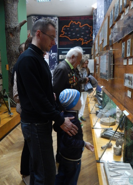 На выставке присутствовали и ветераны, и их правнуки.
