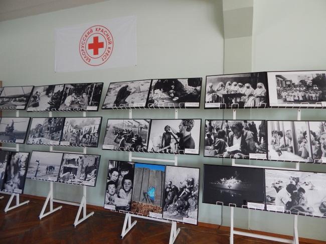 """Фотовыставка """"Гуманность во время войны""""."""