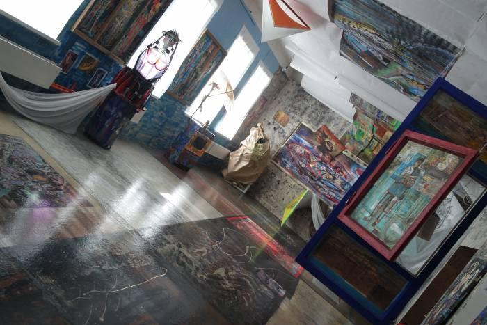 Не только стены, но и потолок, и пол комнаты являются произведениями искусства