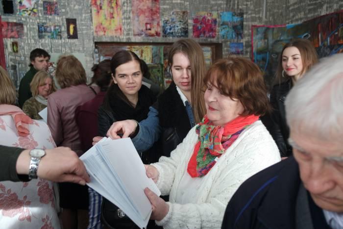 В. Ляхович раздает сувениры на память о выставке