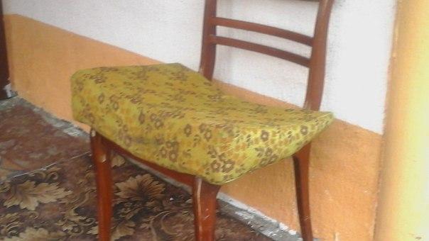 На этом стуле с удобной подушкой дедушка принимает гостей.