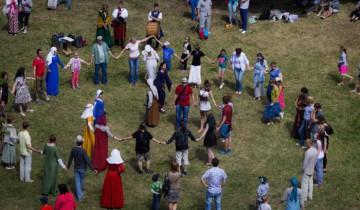 Танцы на свежем воздухе. Фото: Дмитрий Довгулевич