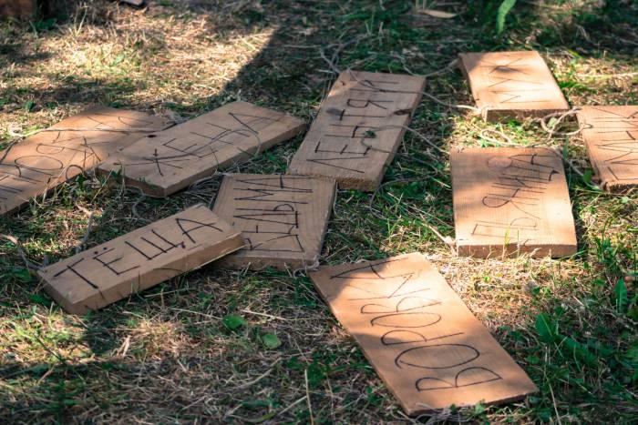 С такими табличками можно было сфотографироваться на память. Фото: Дмитрий Довгулевич