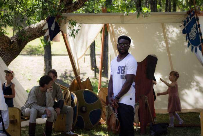 И взрослый и малый, и беларус и иностранец спешили посетить средневековый фестиваль. Фото: Дмитрий Довгулевич