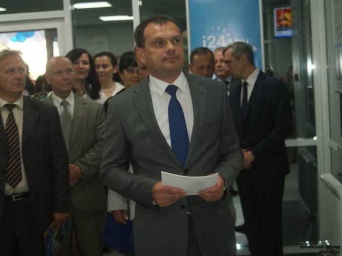 Директор Витебского обл.филиала показывает гостям новые системы обслуживания клиентов. Фото Романа Ершова
