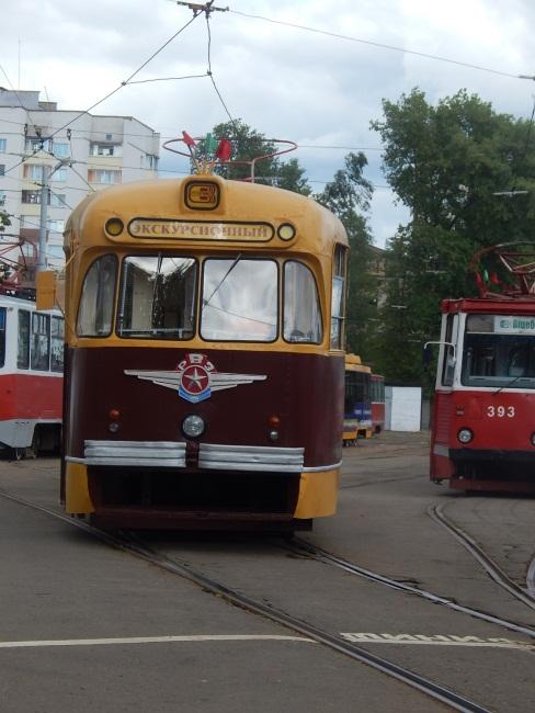 Трамвай советского образца.