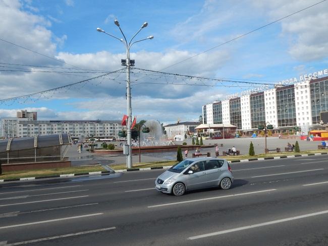 На площади Победы продолжались праздничные мероприятия.