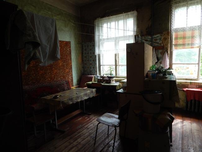 На общей кухне непривычная тишина и полумрак.