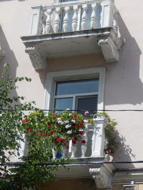 Балкон в цветах радует глаз.
