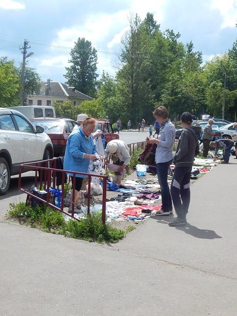 На Локомотивной идет бойкая торговля.