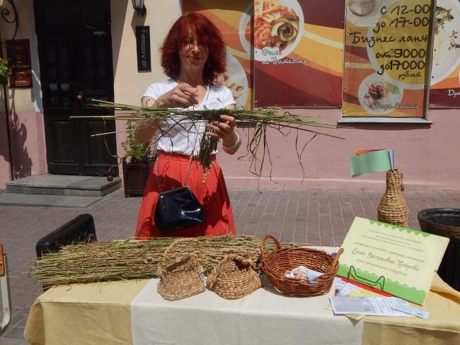 Елена Петрова умеет делать настоящее чудо из сена.