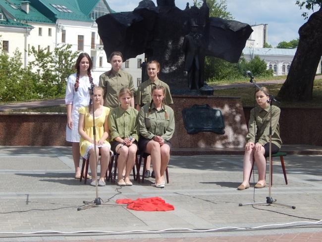 Школьники исполняют песни о войне.