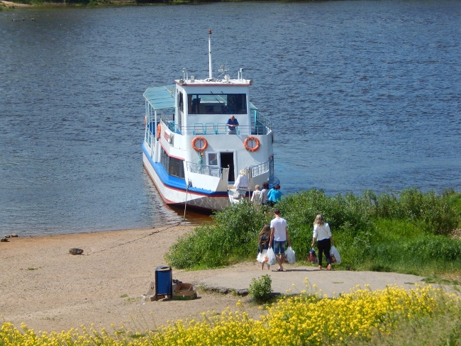 Автобус не ходит, но есть пароход.