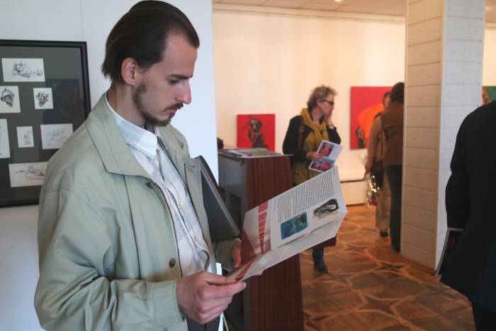 Посетители могли ознакомится с информацией о выставке из красочных буклетов