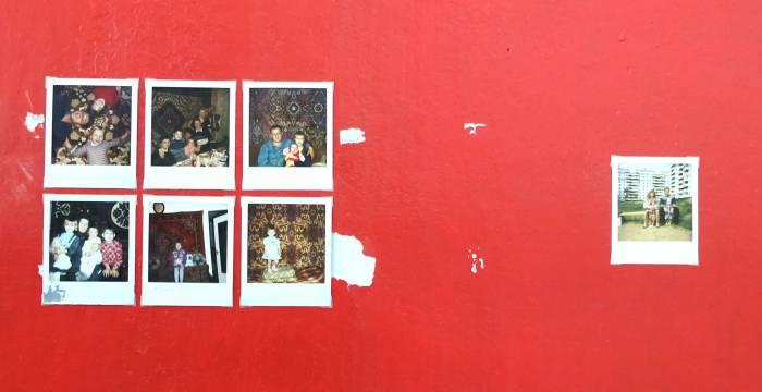 Третья категория снимков. На них можно видеть множество людей на фоне ковра.