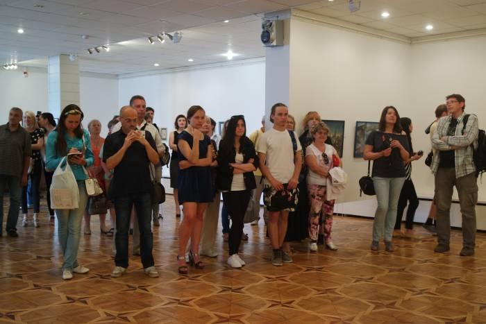 Выставочный зал был полон зрителей