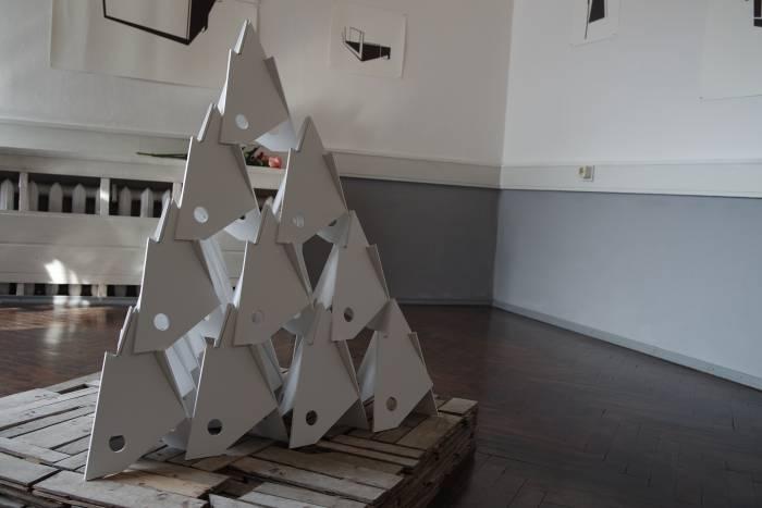 Арт-объект, установленный на оригинальном паркетном покрытии Витебского Народного Художественного Училища